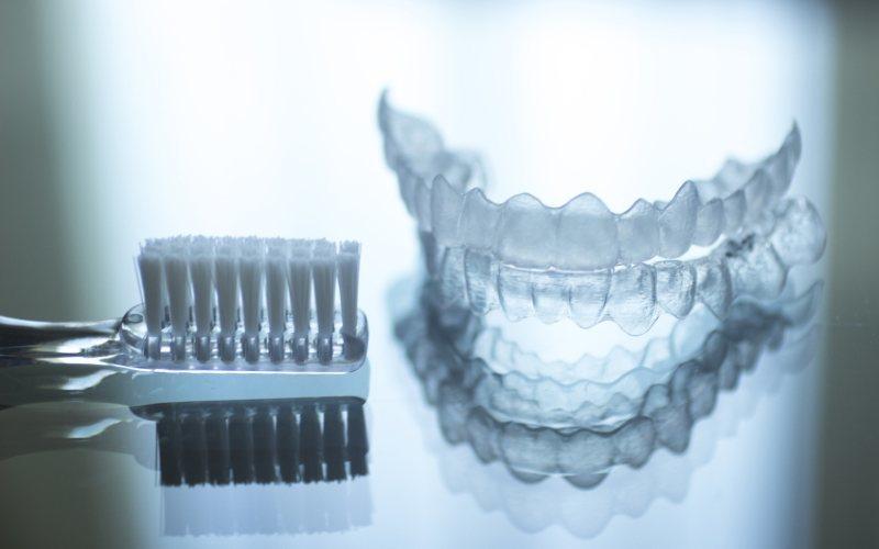 Denti storti, le soluzioni per raddrizzarli con invisalign