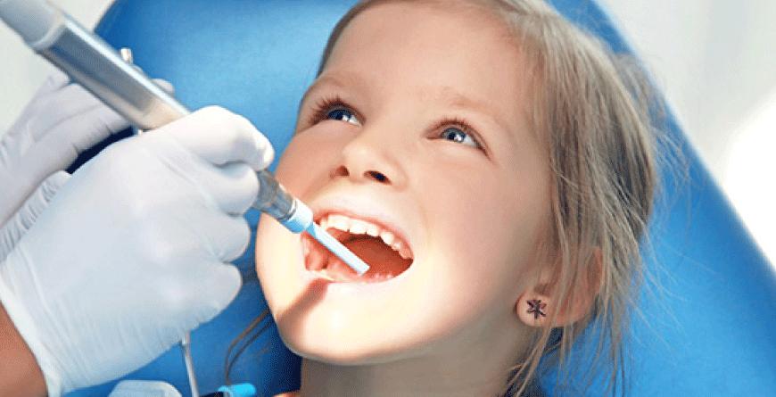 denti-gialli-nei-bambini-delfino-anzisi